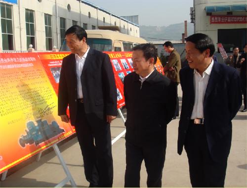 陕西省中小企业局局长、副局长王锋、副局长诸秀文、总工刘滨在宝鸡市中小企业促进局局长徐占良的陪同下,对集团中心建设工程进行视察。