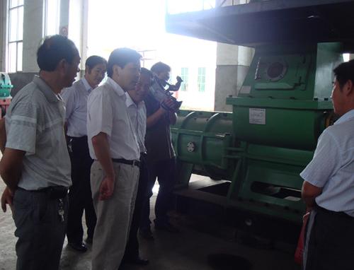 公司董事长程海涛与客户在装配车间洽谈