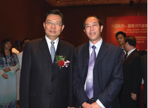 中共中央政治局委员、中组部部长赵乐际在越南河内经贸合作推介会上与集团董事长程海涛合影了。