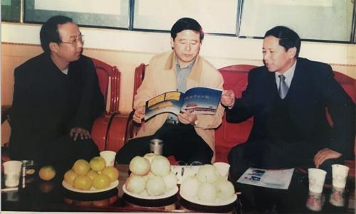 原宝鸡市市委书记吴登昌(现任陕西省副省长)在集团视察后,同董事长共商企业发展远景规划。