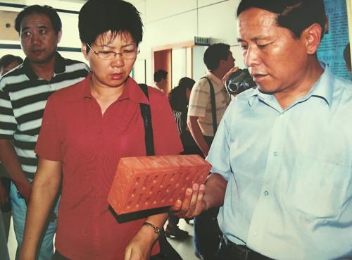 集团董事长程玉全向省科技厅副厅长徐春霞汇报研发新型墙体材料项目。