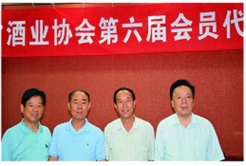 陕西省酒业协会第六届会员代表大会上,程海涛与上届会长、副会长合影留念