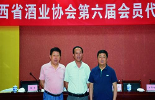 在陕西省酒业协会第六届会员代表大会上,程海涛与新一届会长、秘书长合影。